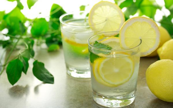 9 razones de peso para beber agua de limón